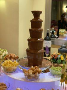 fuente de chocolate con frutas