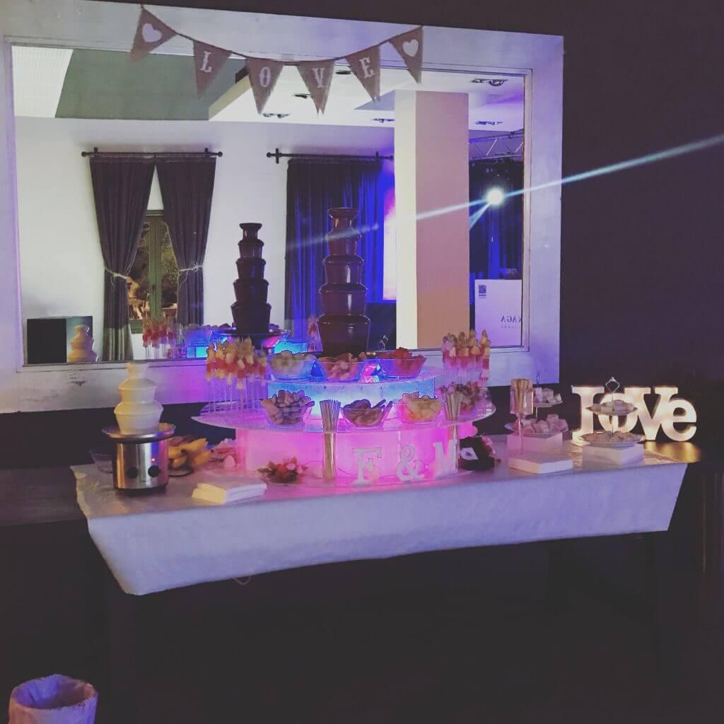 esta foto es de un servicio de fuente de chocolate en una boda, una vez terminada el montaje y su decoración.