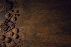 Imagen de difernete tipos de cocholate negro en grano, tableta, bombones.