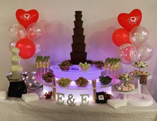 doble fuente de chocolate con leche y blanco decorada con globos para una boda